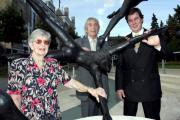 David Wynne (centre) unveiling The Five Swimmers statue in Staines in 2006