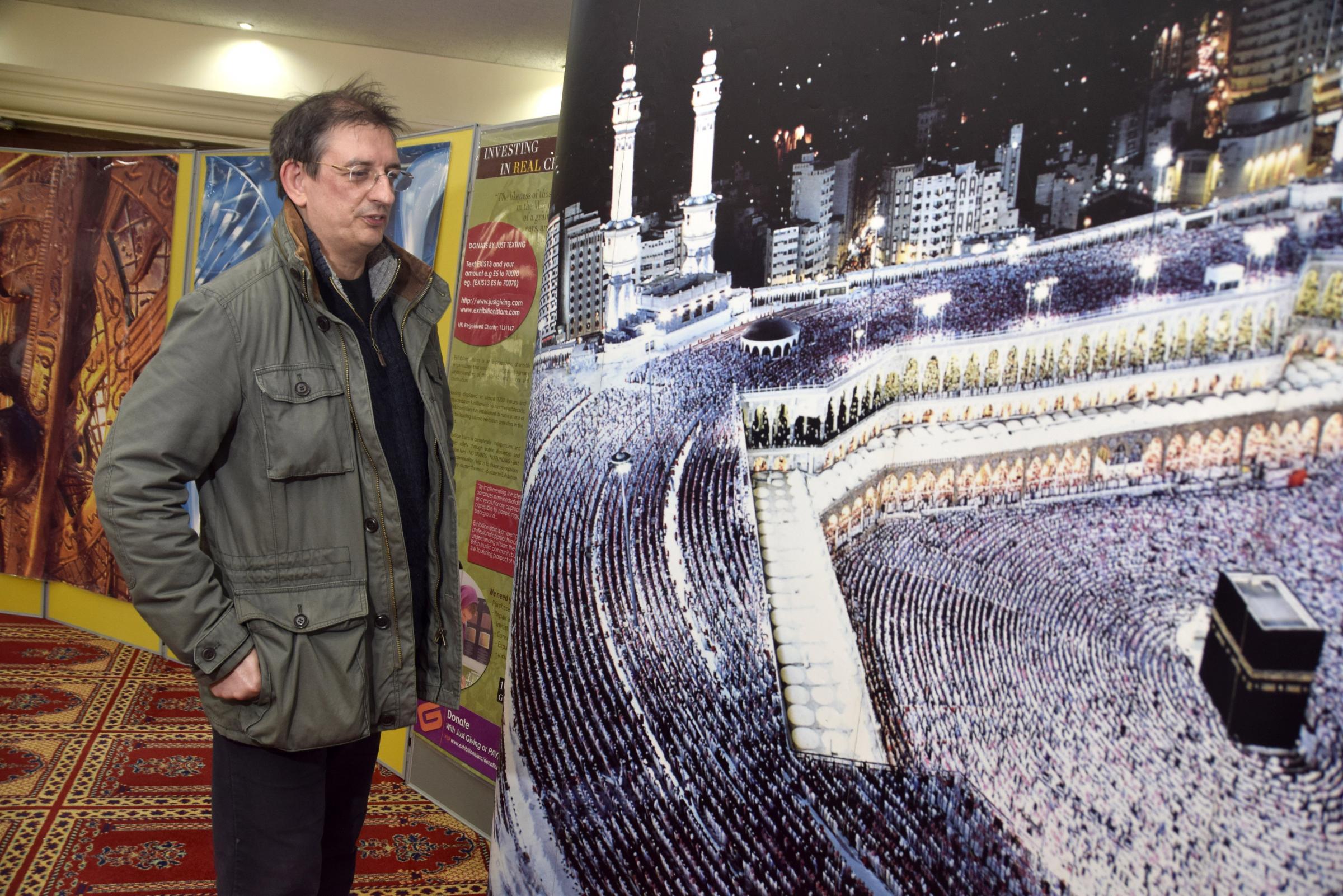 Сотни людей пришли на день открытых дверей в Мечеть Уимблдон Парка