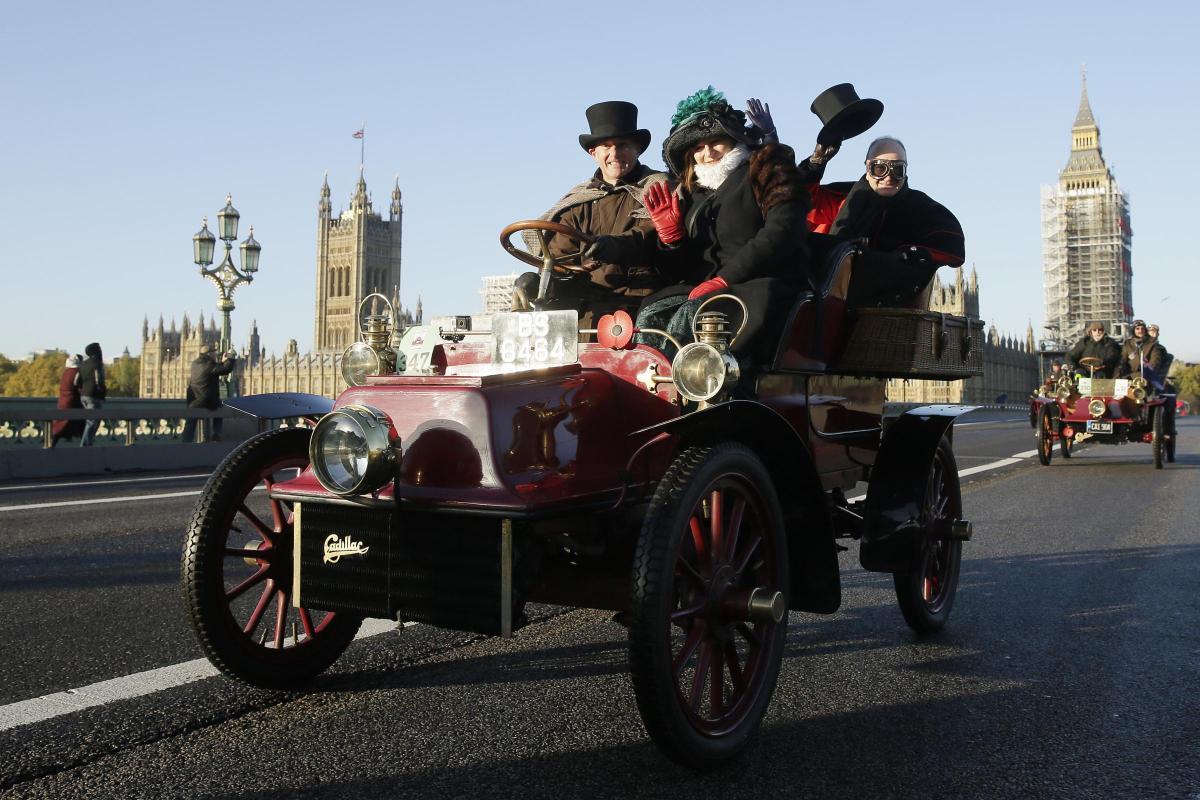 Bonhams veteran car run: 450 vehicles go from London to Brighton ...