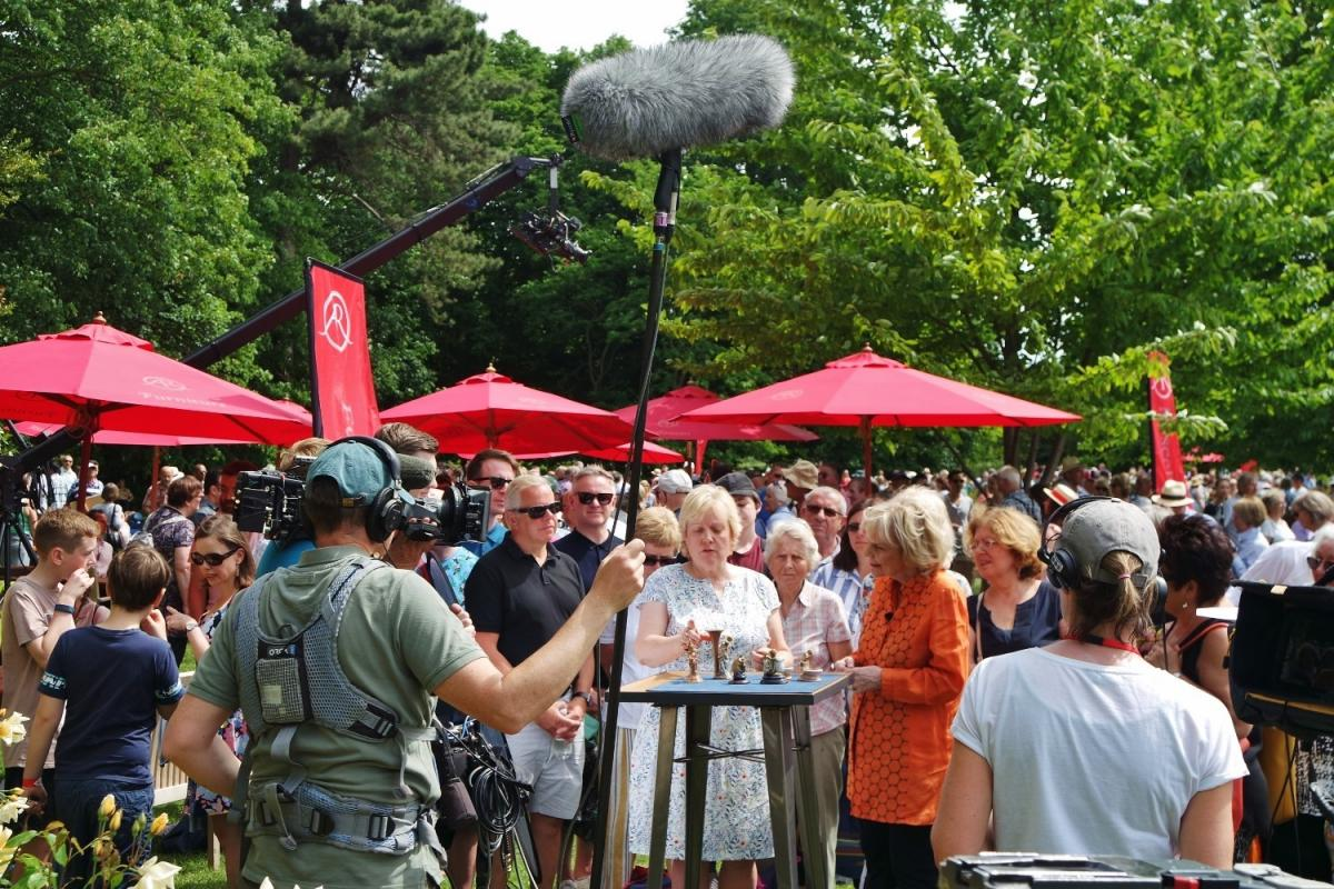 Fabulous Pictures Hundreds Turn Out As Antiques Roadshow Comes To Short Links Chair Design For Home Short Linksinfo
